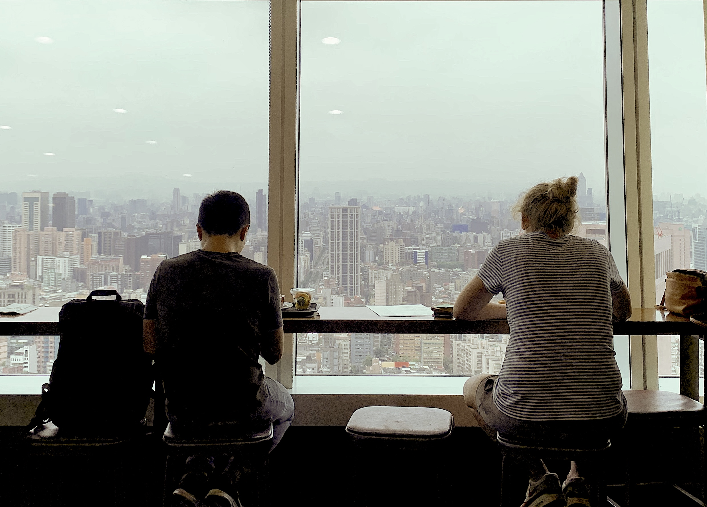 two-people-sit-at-Starbucks-Taipei-101-with-view